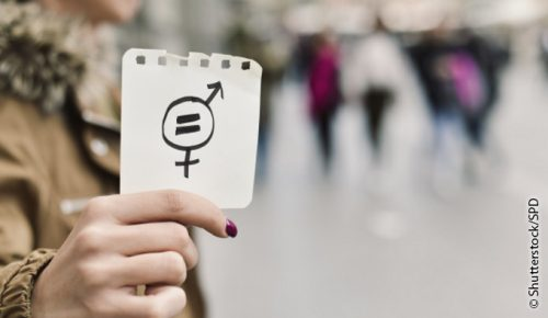 closeup of a young caucasian woman in the street showing a piece of paper with a symbol for gender equality drawn in it; Shutterstock ID 700077655; Projektnummer: 700077655; Projekt: ASF_Flyer; Bestellt durch: Produktion; Weitere Informationen: Motiv Parität